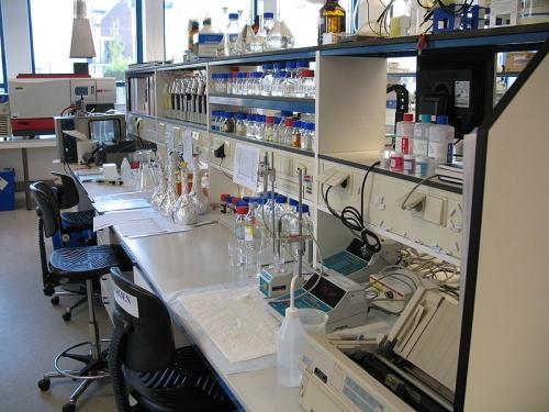 Laboratorium. Bron: Wikimedia Commons, Foto: Beetlelaaf , GFDL